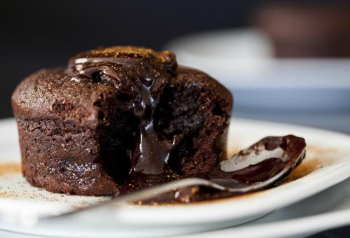10 dakikada Kolay Çikolatalı Pasta